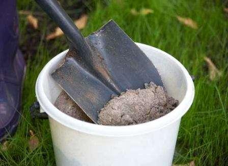 Пепел, оставшийся после сгорания травы, соломы или древесины, богат фосфором, калием и кальцием. Кроме этого, в ней содержится еще около 30 микроэлементов.