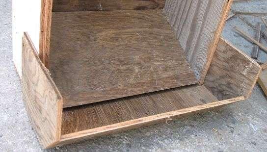 Как изготовить кормушку для курей с помощью деревянного ящика
