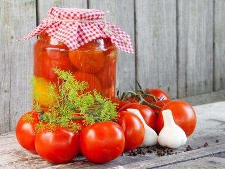Универсальность плодов. Большой ценностью является то, что помидоры сорта Санька можно применять для самых различных целей: салатов, закусок, солений и приготовления сока.