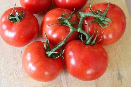 Форма помидоров Благовест округлая, заметна небольшая ребристость.