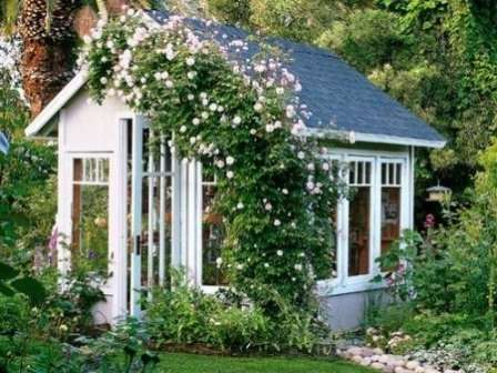 Используйте вьющиеся растения для оформления зоны отдыха. Оплетенная пергола или беседка создаст уютную атмосферу.