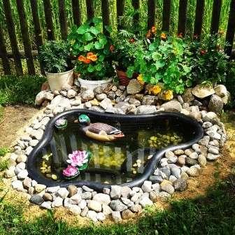 Небольшой водоем в саду всегда смотрится оригинально и есть далеко не у всех. Способов его создания описано множество.