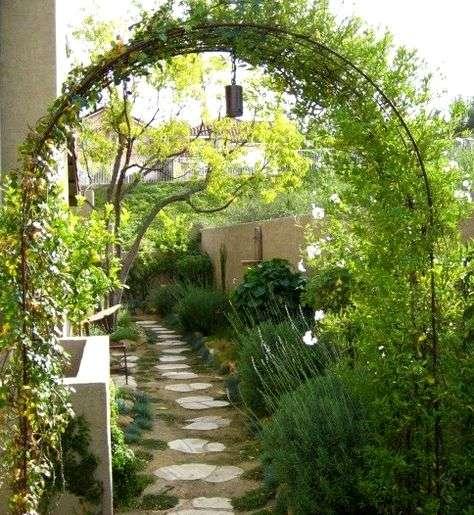 Вы можете сделать зеленую арку возле забора или здания своими руками.