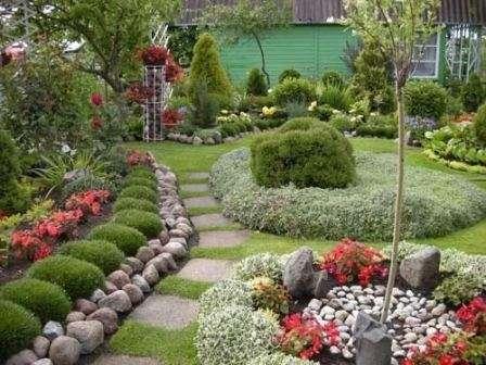 ще более выраженного расширения пространства дачного участка можно добиться, засадив его цветами и кустарниками светлых тонов.
