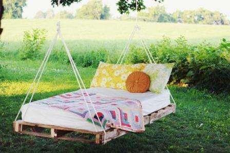 Такую кроватку, подвешенную к дереву, вы сможете легко создать из нескольких поддонов.