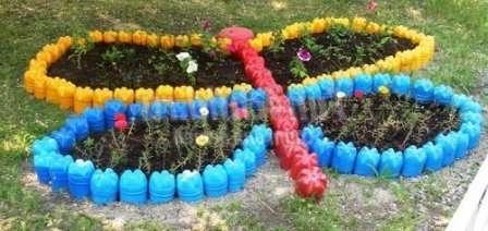 Невероятно популярно оформление клумб на даче с помощью пластиковых бутылок.