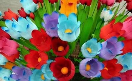 Из пластиковых бутылок можно изготовить большое разнообразие красивых цветов.