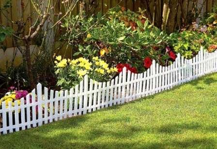 Просто, но эффектно можно разделить двор на зоны с помощью возведения невысокого забора-штакетника.