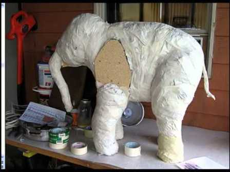 Изготовленным своими руками материалом заполняют подготовленную форму или используют для покрытия каркаса.