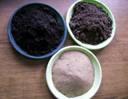 Добавьте в состав золу из лиственных пород деревьев или из трав. Можно сжечь старое сено или скосить траву.