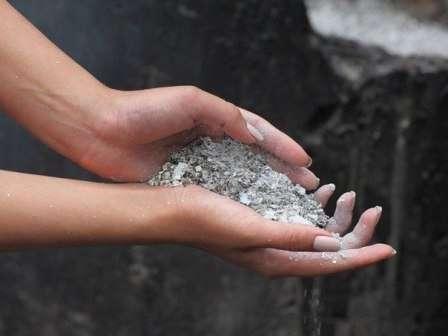 Вы можете использовать пепел из печи или мангала, если для растопки не использовались агрессивные химические средства.