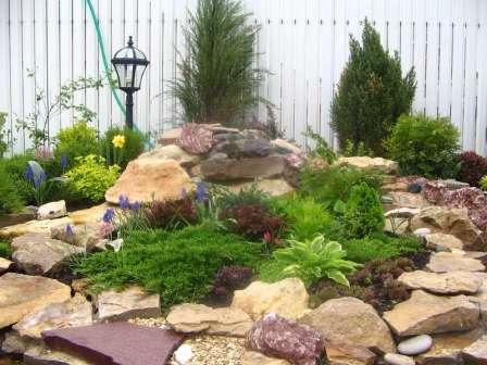 Обратите внимание на фотографии искусственно созданных каменных пейзажей на дачном участке. Некоторые из них создали профессионалы, другие — садоводы-любители своими руками.