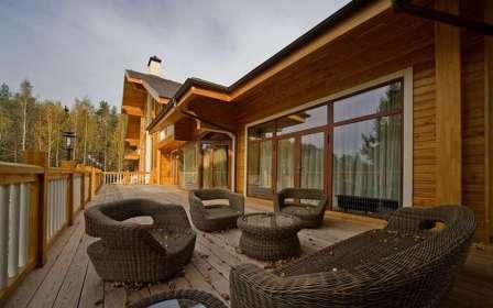 Для открытой пристройки к дому, то лучше подобрать подходящую по стилю садовую мебель.