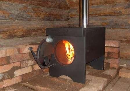 Если в курятник не проведено электричество, можно провести в него батареи. Более простым вариантом является буржуйка, котел на дровах или небольшая кирпичная печка.