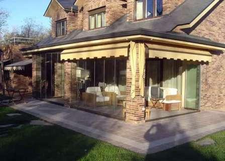 Веранда должна быть выполнена в одном стиле с домом и идеально с ним гармонировать.