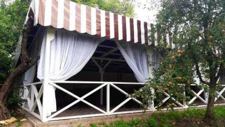 На фотографиях продемонстрированы проекты террас, стоящих отдельно от дома. Такие постройки нужно располагать в саду.