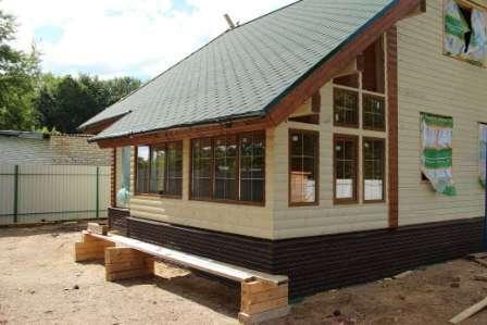 Нередко используются разные цвета кирпича для придания постройке уникального формата.