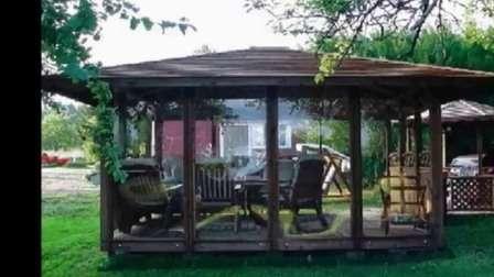 На фото предоставлены отличные варианты размещения веранды возле дома.