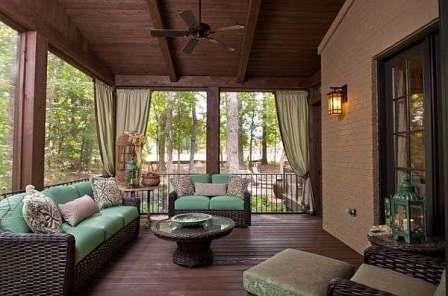Например, деревянные пристройки прекрасно гармонируют с кирпичным или каменным домом (пример на фото).