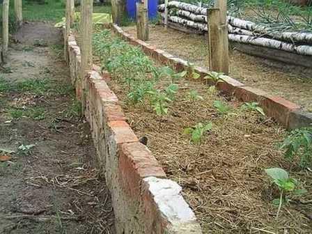 Подбирая материал для создания грядок на огороде, обращайте внимание на эстетическую составляющую. Хорошо, когда огород оформлен в одном стиле и все сделано аккуратно.
